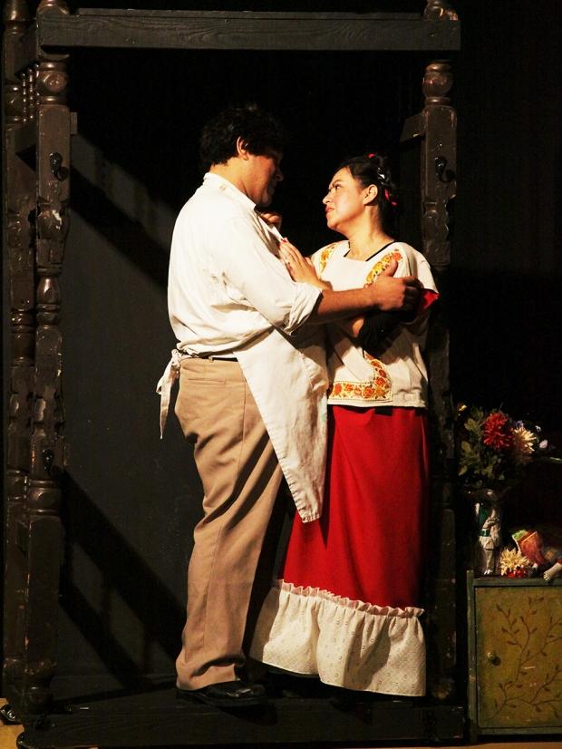 """Minerva Garcia (Frida) and Emanuel Loarca (Diego) en """"Frida Kahlo"""" por Ruben Amavizca-Murúa. Foto por Francisco Velasco"""